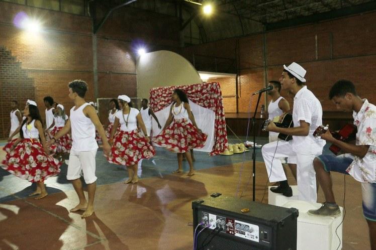 """Apresentação da performance """"Vem pra cá, vem sambar"""" do Grupo NAC de Santo Amaro"""