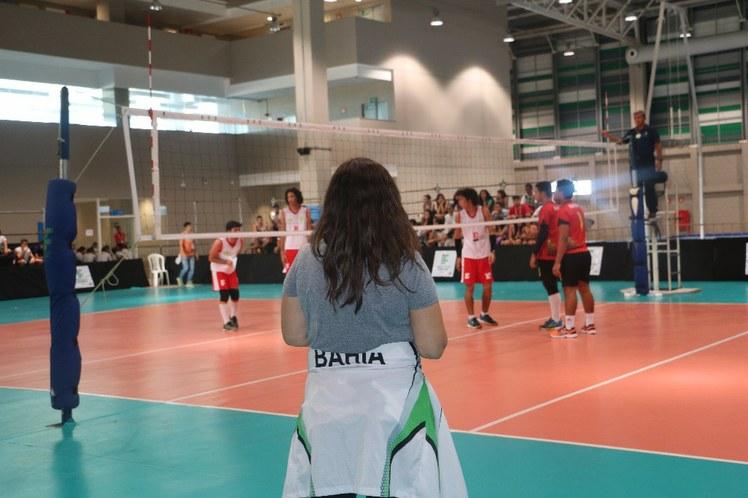 A treinadora do time de voleibol masculino, Rosicler, acompanha o jogo, passando as orientações