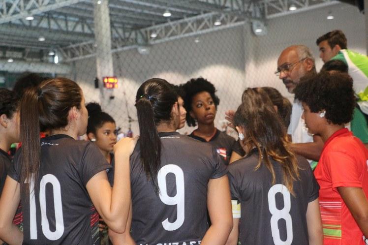 Conversa entre o time do futsal feminino e o técnico Geraldo