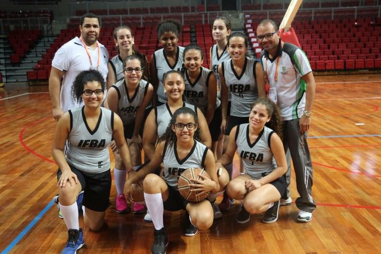 Equipe do basquetebol feminino com os treinadores Valmir e Genildo