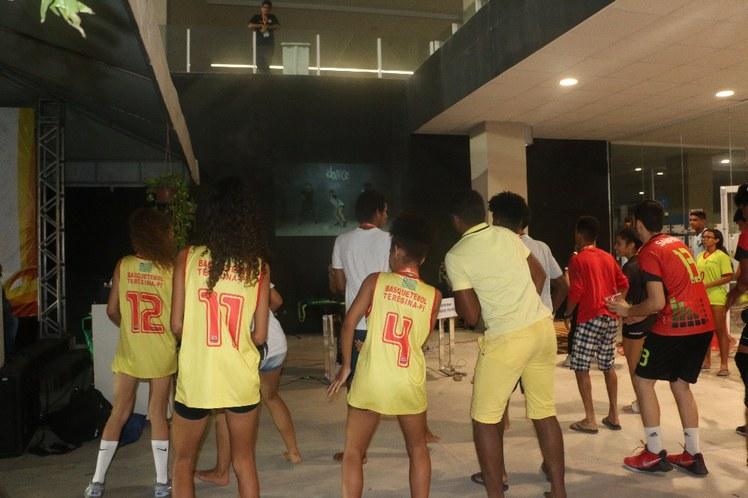 Fit dance na área de convivência dos jogos