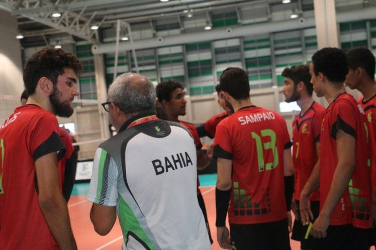 Pausa para orientações no jogo do voleibol masculino
