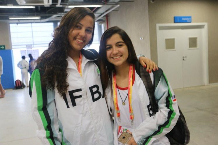 Larissa e Graziela, integrantes da equipe de natação do IFBA
