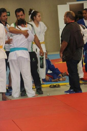 O técnico Cácio consola Carolina após derrota