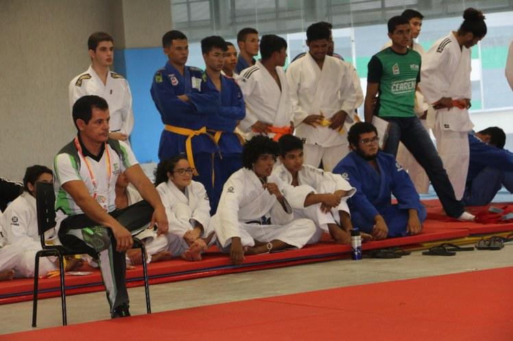 Técnico do IFBA no judô e outros lutadores assistem à luta