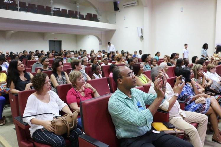 O público presente registra o momento da apresentação