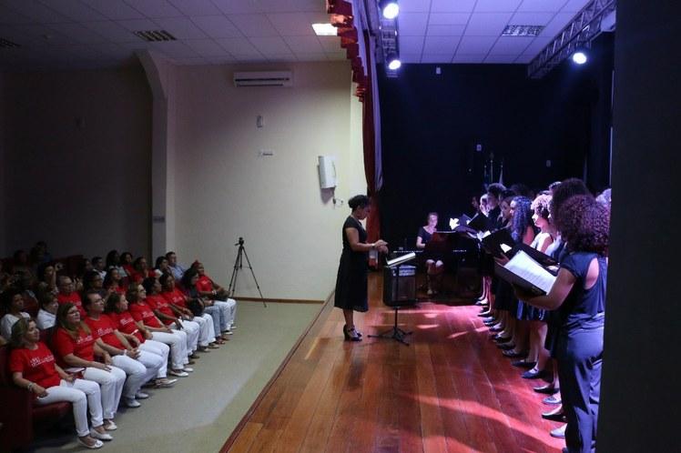 Apresentação do Coral Juvenil NEOJIBA, com regência de Yuli Martinez Gaitan