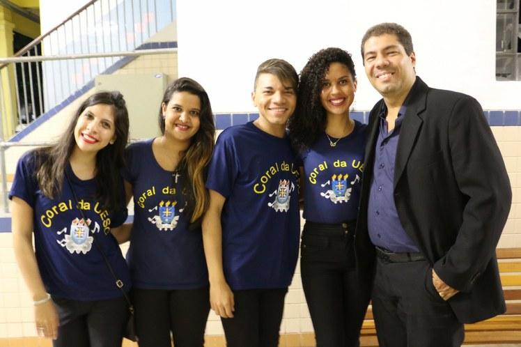 Alguns dos integrantes do Coral da UESC, de Ilhéus, pousam com o maestro Marcio Medeiros antes de se prepararem para a apresentação