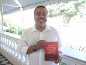 O autor Elias de Oliveira Sampaio com o livro